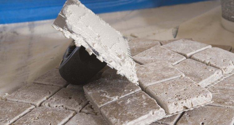 O cimento-cola serve para fixar azulejos e telhas