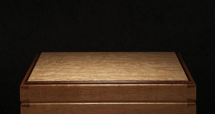 Uma caixa de madeira de tampa lisa faz com que a aplicação do couro fique fácil
