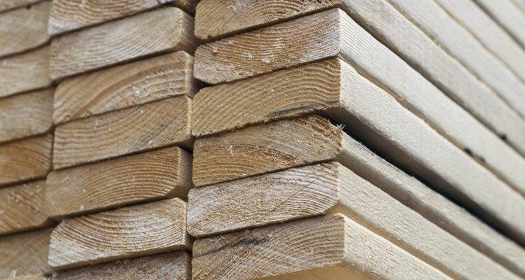 Calcula el número de tablas de madera de 2 por 4 pulgadas que vas a utilizar.