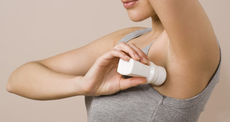 El desodorante húmedo que se pasa a la ropa es el culpable de las manchas.