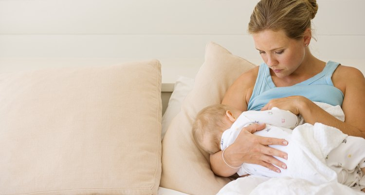La lactancia materna ayuda a establecer un vínculo entre una madre y su bebé.