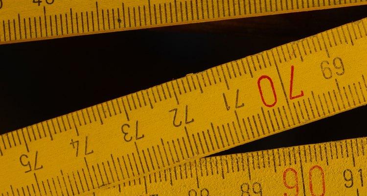 As divisões de uma régua métrica são centímetros e milímetros