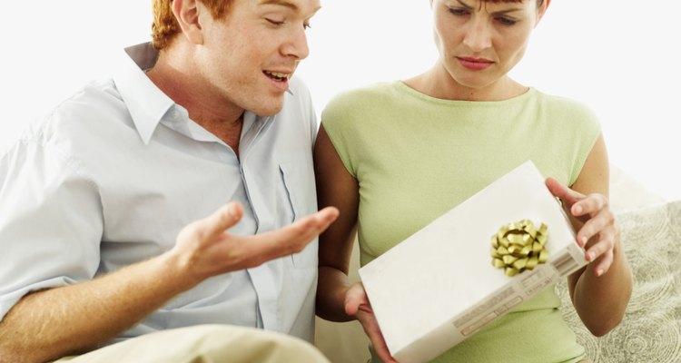 Se você não consegue ir a um evento, como por exemplo um casamento ou um aniversário, certifique-se de enviar um presente se decidir recusar esse convite