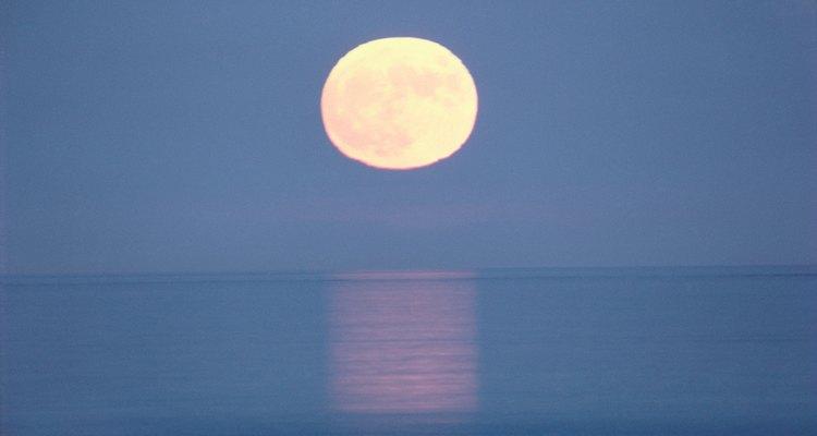 Desenhar a lua na água requer linhas à lápis macias e esfumaçadas
