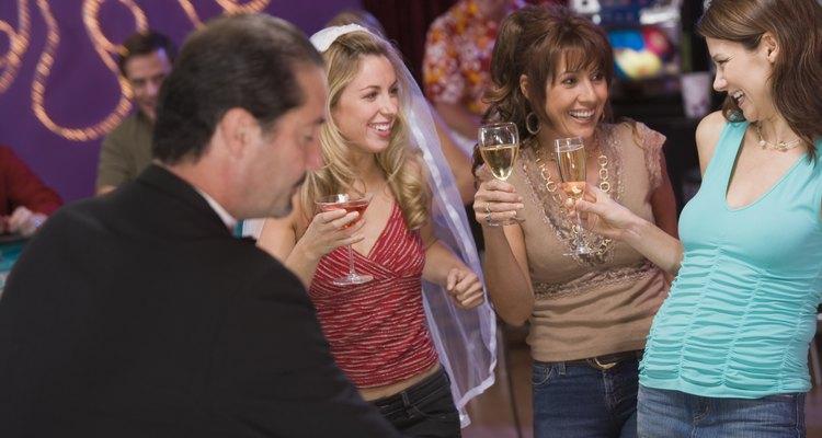 """Antes de el gran """"sí, acepto"""" vienen las tradicionales despedidas de soltera y soltero."""