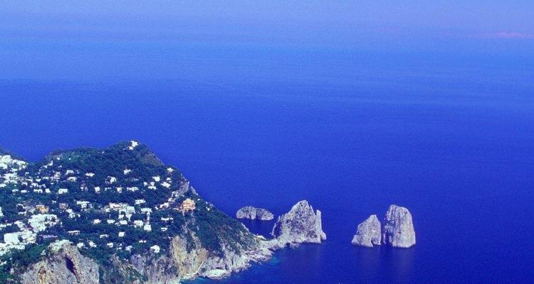 La isla de Capri se encuentra a solo un corto viaje en ferry desde Sorrento.