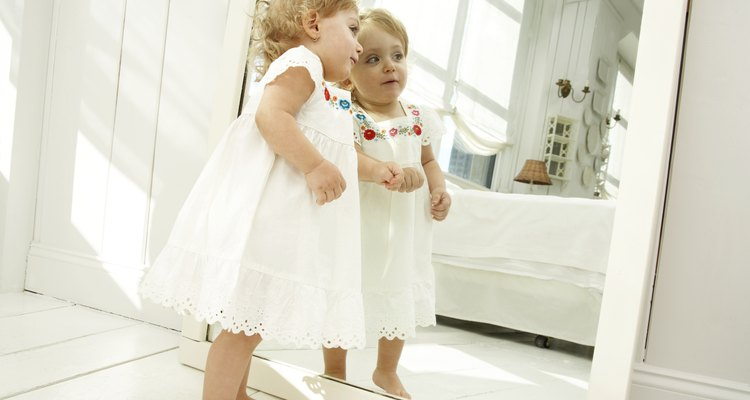 """En los niños en edad de caminar se desarrolla la habilidad perceptiva que Piaget denominó """"permanencia de los objetos""""."""