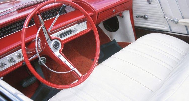 Los asientos deportivos reemplazaron a los asientos tipo banco en muchos automóviles a finales del siglo 20.