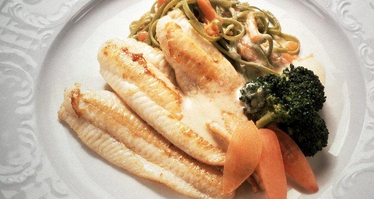 Disfruta tu tilapia horneada con un acompañamiento de verduras.