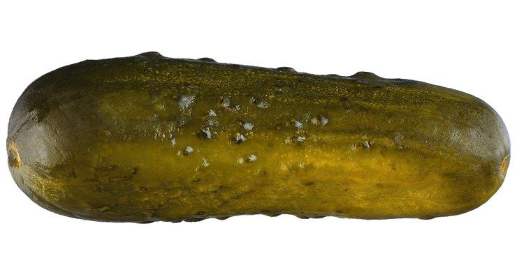 Los pepinos encurtidos son más pequeños que los rebanados y tienen cáscaras más delgadas.