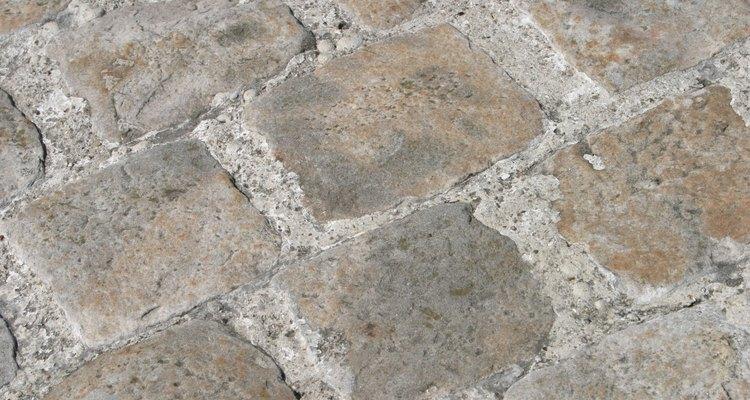 Los diseños de hormigón de piedra falsa también son pintados en los pisos de los patios.