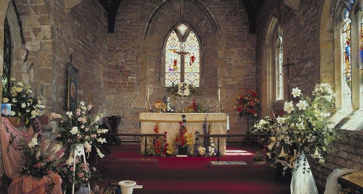 Decorando el altar en Navidad.