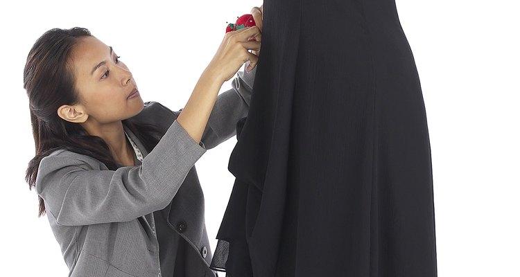Transforme seus vestidos mal-ajustados em roupas mais confortáveis com a costura de um simples zíper lateral