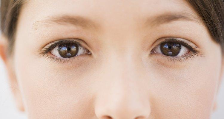 Ojos marrones oscuros.