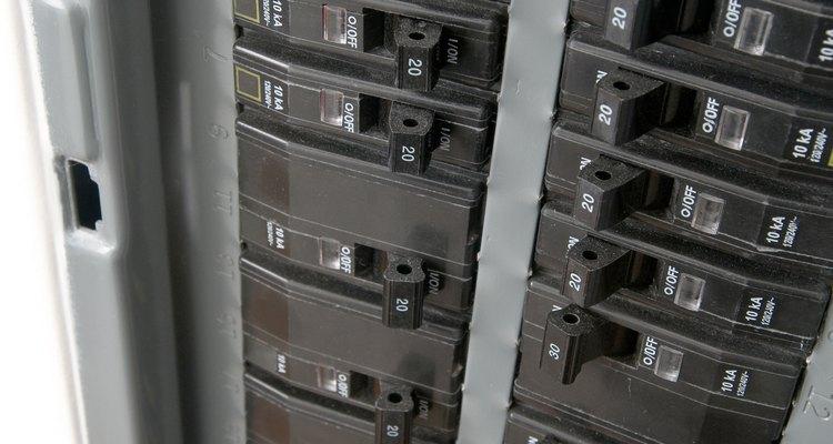 Siga os procedimentos específicos para fios de alumínio na instalação de novos disjuntores