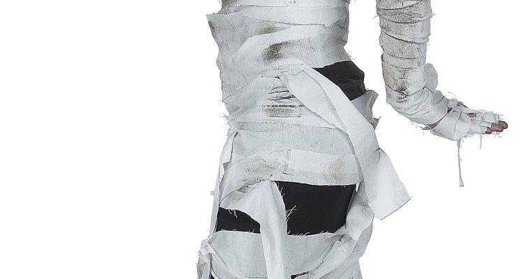 Faça parte dos mortos do Egito com uma fantasia de múmia de papel higiênico