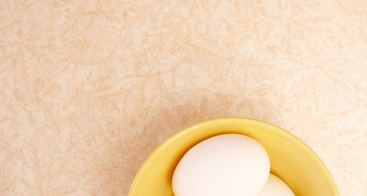 Con el fin de probar si los huevos están frescos debes ponerlos en un tazón con agua para ver si flotan.