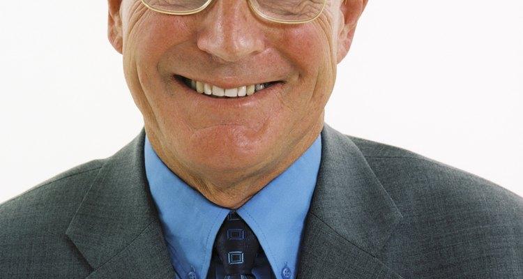 Los anteojos dan un estilo particular al atuendo.