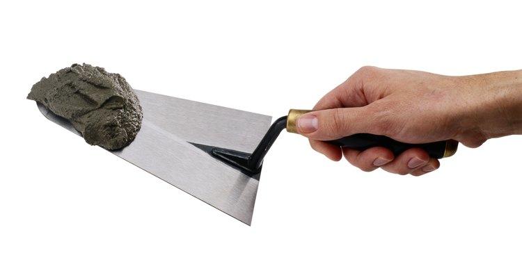 Remova a sujeira e o entulho com uma colher de pedreiro