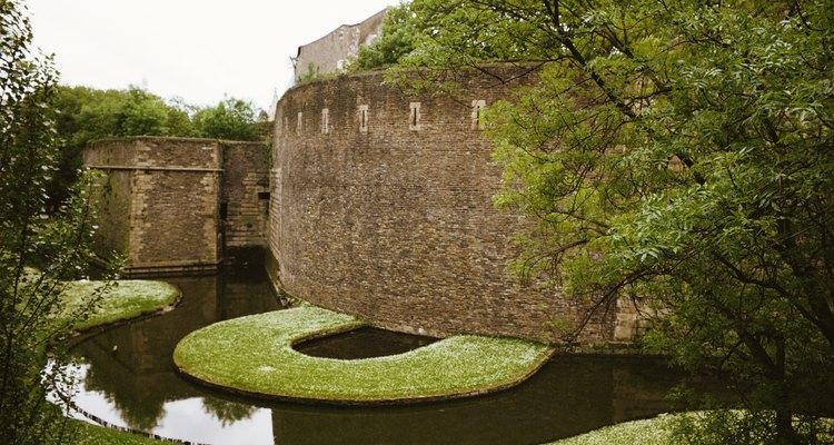 Muros de arrimo são uma opção para jardins em encostas