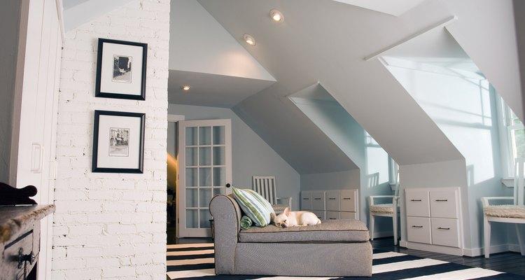 Hacer más altos los techos expande el espacio visualmente y crea nuevas oportunidades de iluminación.