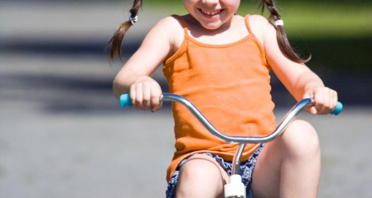 Ajude seu filho nas primeiras aulas de pedalar