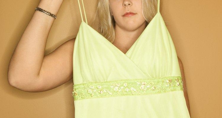 Procure peças verdes de roupa para criar a base de sua fantasia