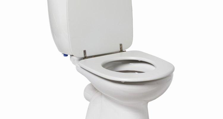 Para ahorrar espacio, elije un inodoro pequeño para tu medio baño.