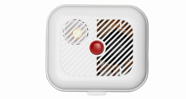 Protégete a ti y a tu familia de los incendios con alarmas de humo y detectores de monóxido de carbono.