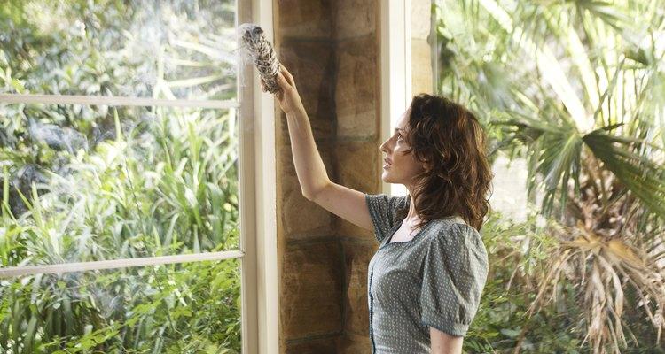 """""""Mancha"""" cerca de puertas y ventanas para mantener las energías negativas fuera de tu casa."""