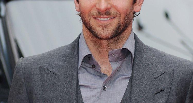 Traje gris sin corbata.