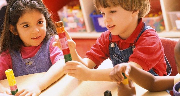 Los bloques de construcción ayudan a tu niño a desarrollar una coordinación ojo-mano más fuerte.
