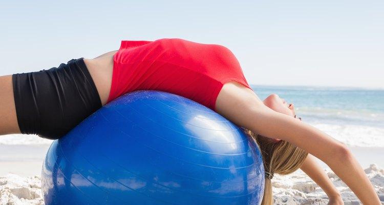 Fazer exercícios com uma bola de fisioterapia pode ajudar a tratar do problema