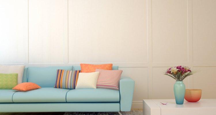 Los sofás quedan bonitos con cojines cuadrados.