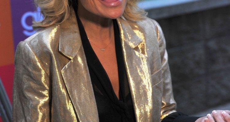 El lamé es una opción popular en la vestimenta femenina, especialmente en atuendos elegantes; también se utiliza en detalles elegantes en un atuendo profesional.