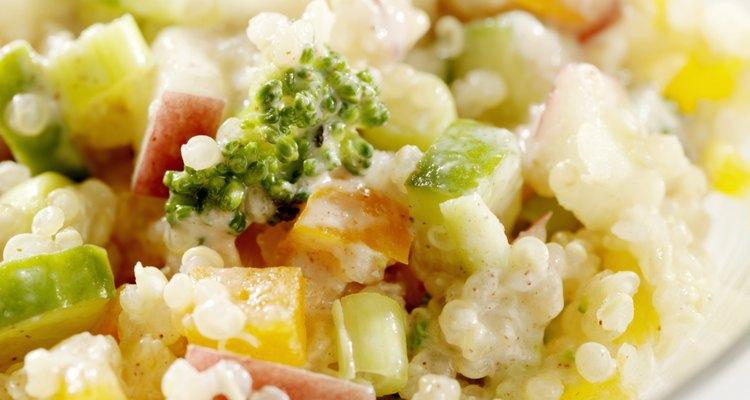 La ensalada de verduras y garbanzos tiene muchas proteínas y es buena para mantener el peso.