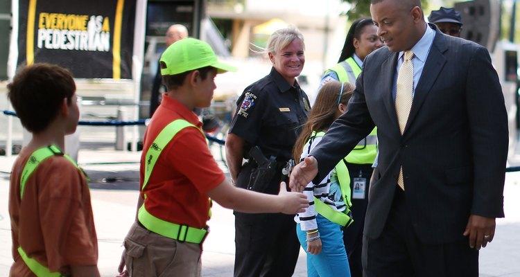La American Humane Association y Safe Kids USA patrocinan eventos que fomentan la participación de la familia y ayudan a la rama de la comunidad de la organización nacional a completar los proyectos importantes de la comunidad.