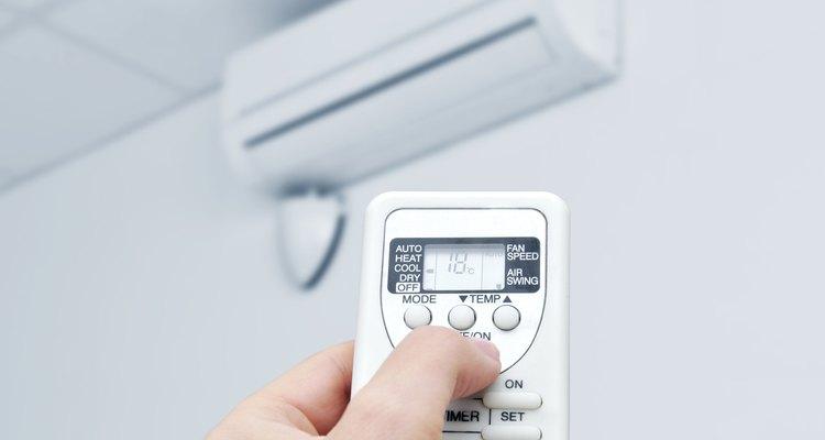 Los aires acondicionados con control remoto eliminan la humedad mediante el secado del aire del ambiente.