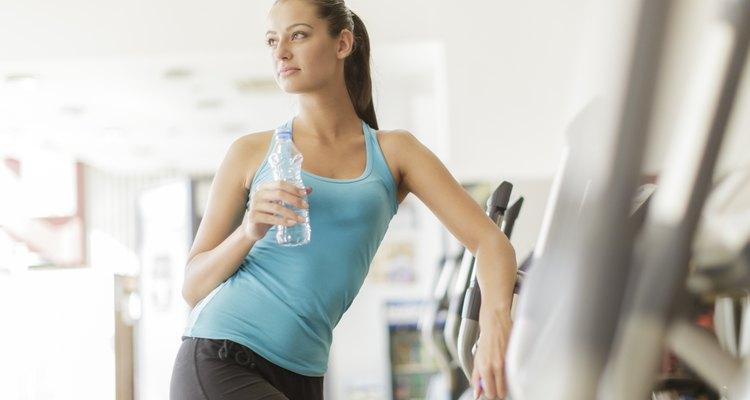 Beber agua es de las maneras más efectivas de reducir las ojeras e hinchazón bajo los ojos.