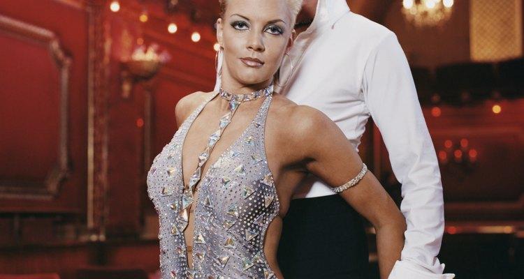 Dançarinos em uma competição de salão de baile usam figurinos chamativos