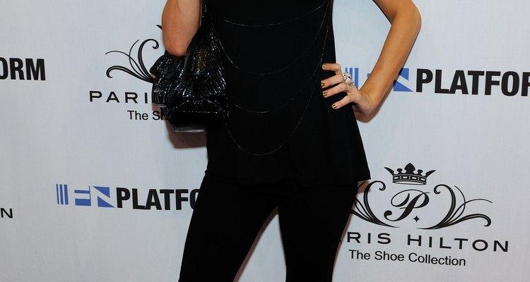 Paris Hilton lució unos tacos muy sexy con mallas para dar a conocer su colección de zapatos del 2011.