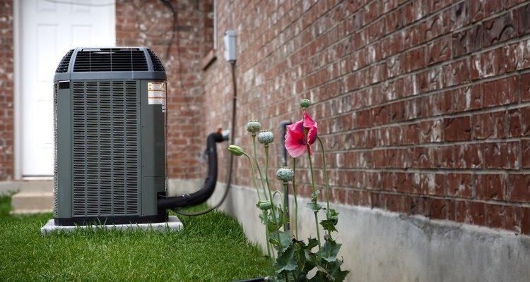Una unidad de refrigeración por aire de alta eficiencia ubicada fuera de una casa.