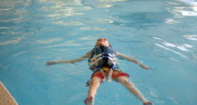 Os coletes salva-vidas ajudam pessoas que estão aprendendo a nadar