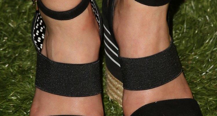 Los zapatos espadrille complementan un maxi vestido.