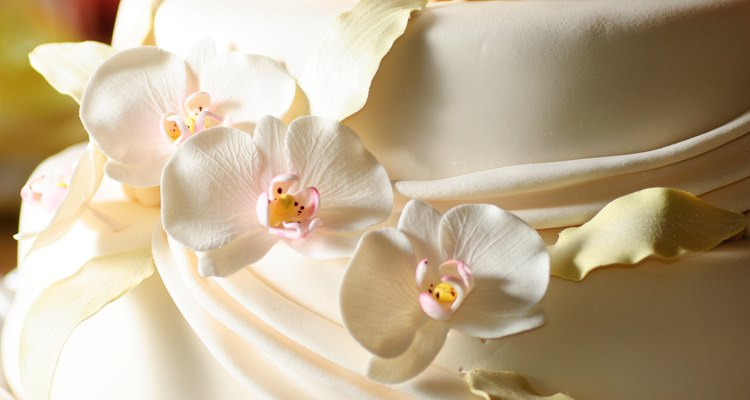 Un pastel blanco de aniversario de bodas.