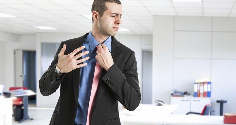 Ritmo cardíaco rápido, batimento cardíaco forçado, dor de cabeça e sonolência são sintomas que podem ocorrer com doses acima do valor recomendado