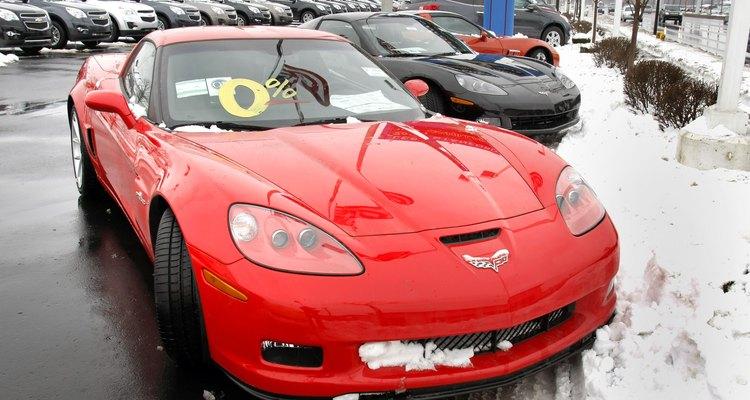 O símbolo de duas bandeiras do Corvette era circundado em modelos mais antigos