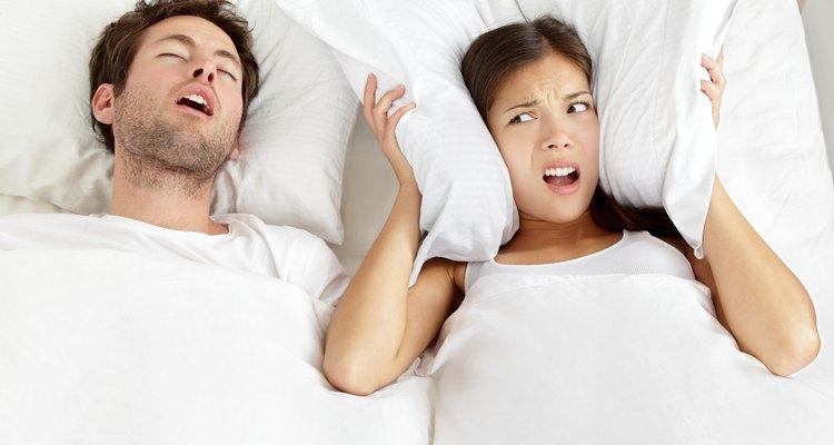 No caso de barulhos externos, o ruído branco pode ajudar a camuflá-los