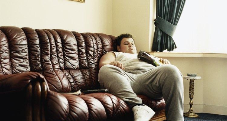 Preserva la belleza de tu sofá de cuero limpiándolo y dándole brillo a su superficie de vez en cuando.