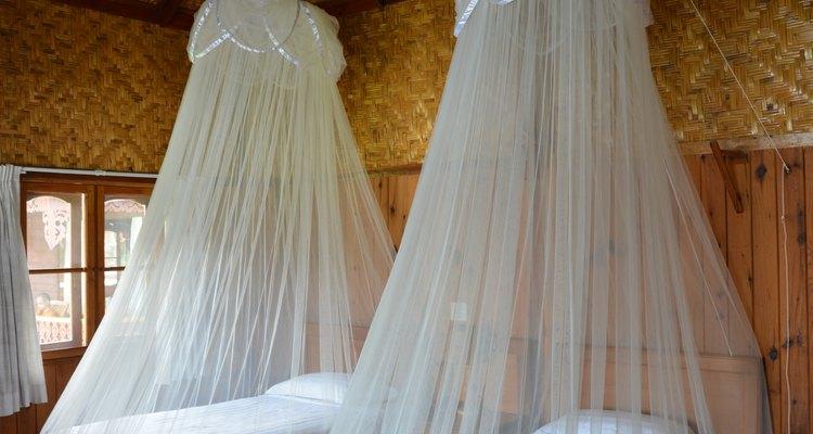 Mosquiteros para cama son ambos decorativos y también útiles para protegerte de insectos.